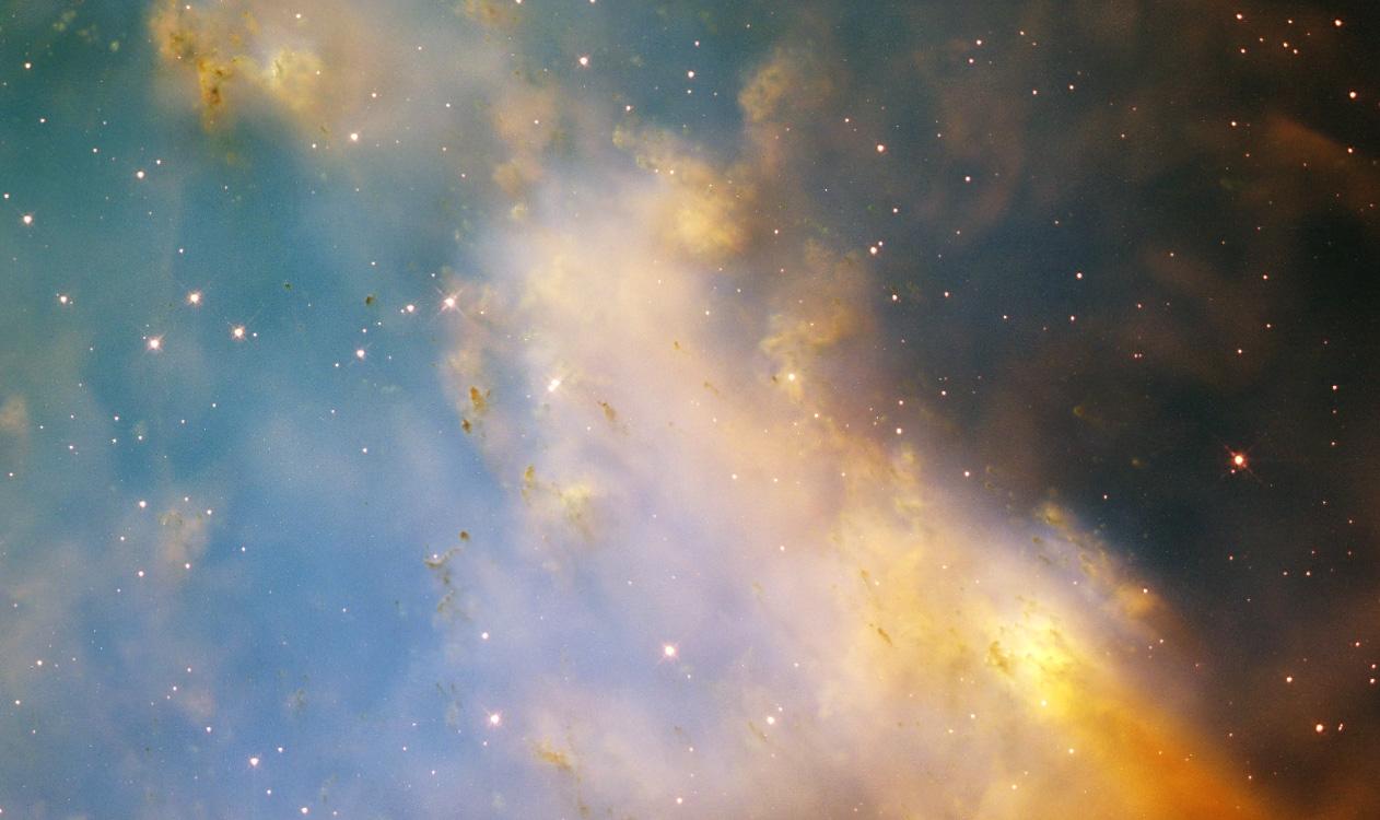 Yaşlanan bir yıldızın son girişimiyle yarattığı gaz karmaşası. 1.200 ışık yılı uzakta gezegenimsi bir bulutsu olan Dumbbell, süzülen eski bir yıldızın sonucu dış katmanlarını parlayan bir renk gösterisinde . M27 olarak da bilinen bulutsu, şimdiye kadar keşfedilen ilk gezegenimsi bulutsu oldu.
