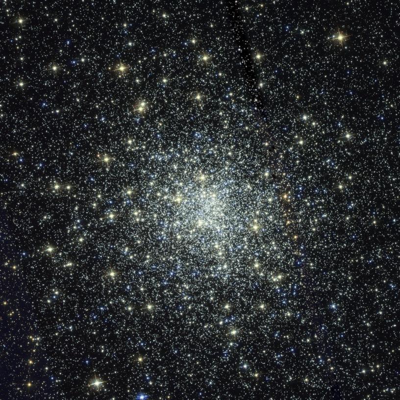 Messier 28 küresel yıldız kümesi, ortada yoğun şekilde toplanmış yıldızlar etrafa gittikçe dağılan görüntüsü.