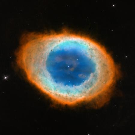 Dış halkaları kırmızı, yeşil iç boşluğu ise mavi renkte, içinde küçük beyaz cüce olan 20 bin yıl önce patlamış bir yıldız.