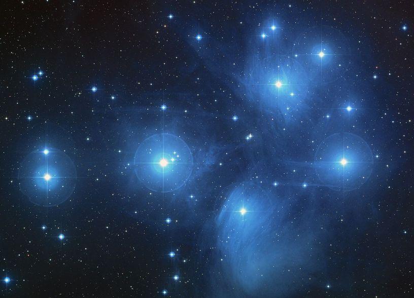 Bir ok şeklinde etrafı hafif bulutlarla kaplı 7 büyük yıldız