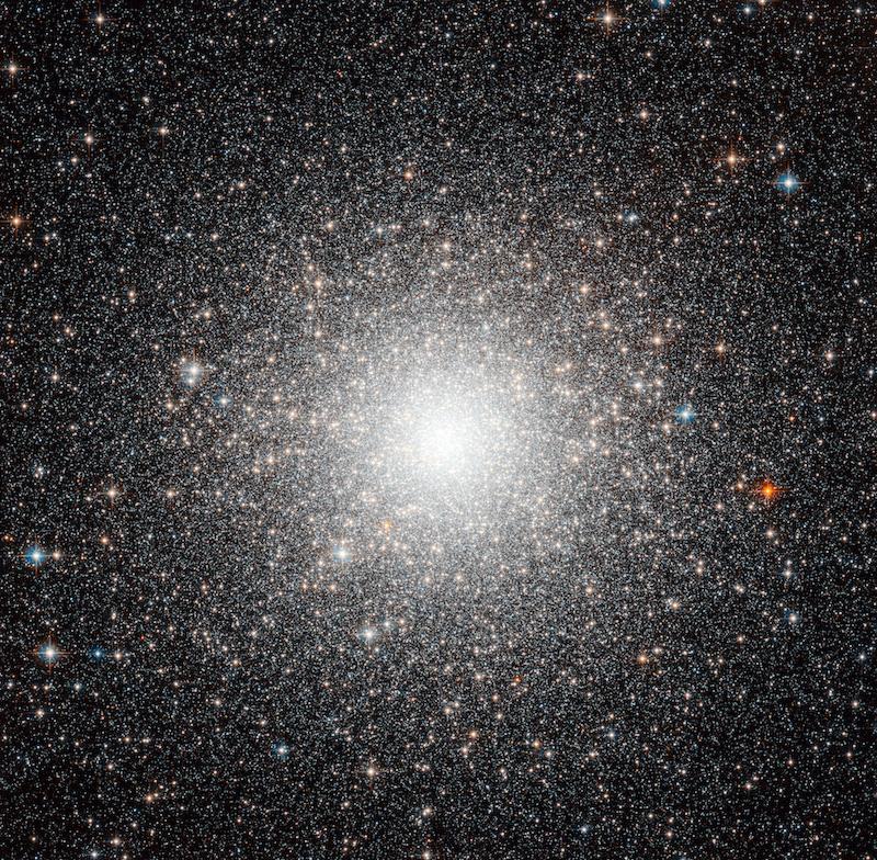 Çok yoğun bir araya gelen binlerce yıldızla çok parlak bir çekirdek ve etrafına doğru gittikçe seyrekleşen yine binlerce yıldız.