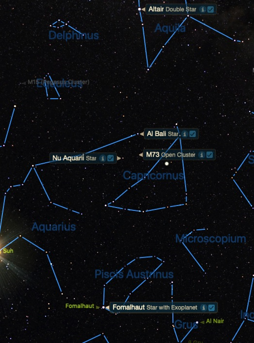 Takımyıldızları arasında Aquarius - Kova ve Capricornus - Oğlak arasındaki M73 yıldız kümesinin konumu. Siyah gökyüzündeki mavi çizgilerle belirtilmiş takım yıldızlarının arasında bulunan küme.